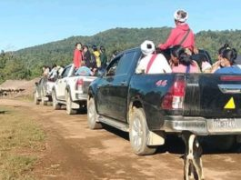 The cars carry a lots of voters at Mong Pyat